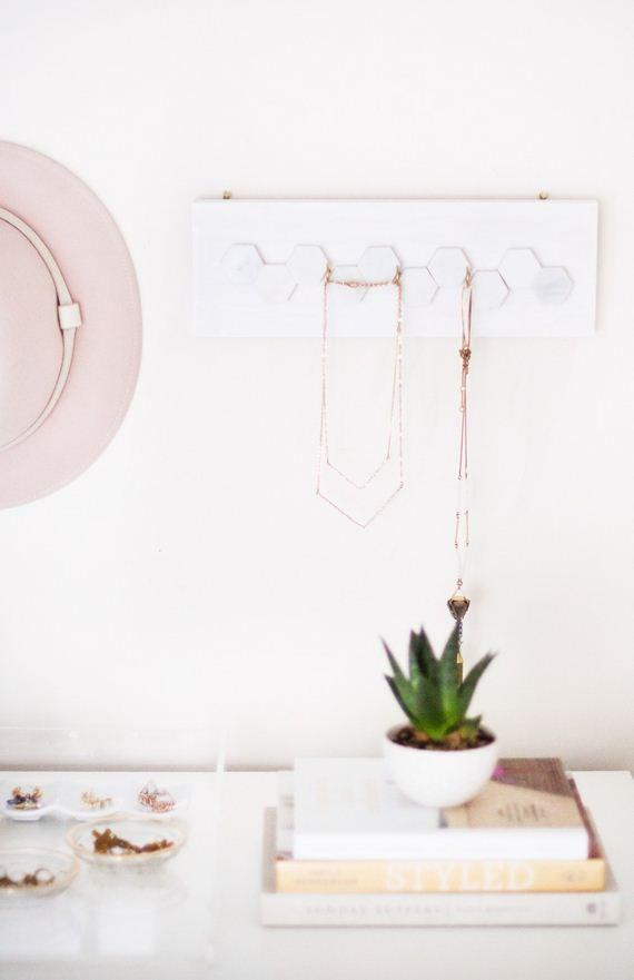 01-marble-jewelry-hanger