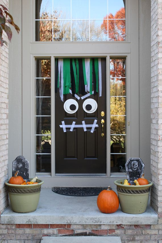 04-halloween-door-decor-diys
