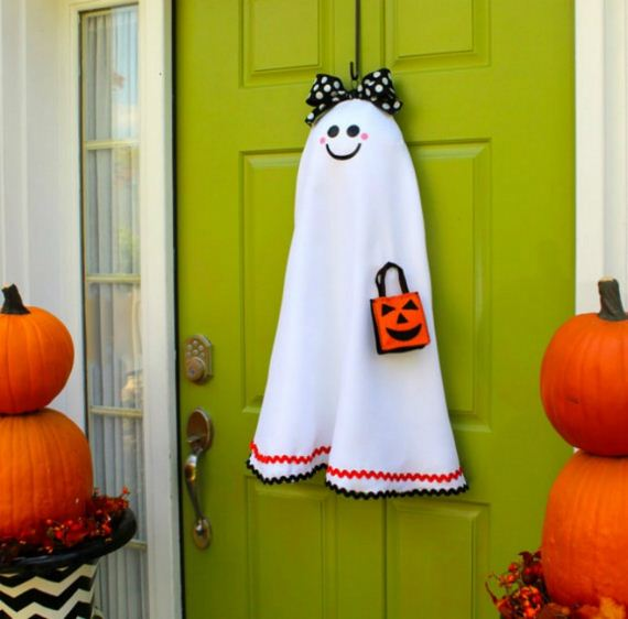 16-halloween-door-decor-diys