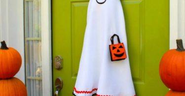 16-halloween-door-decor-diys