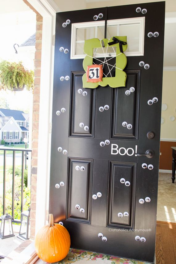 22-halloween-door-decor-diys
