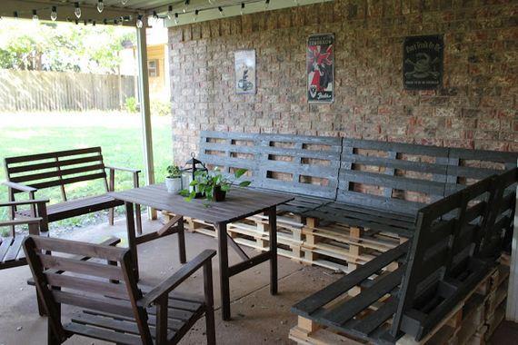 23-diy-pallet-patio-furniture